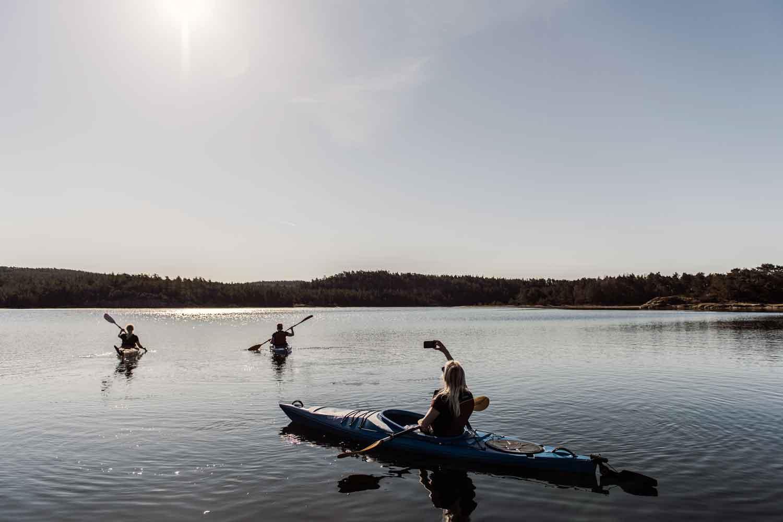 3 personer paddlar kajak i Koljöfjorden vid Bokenäset Hotell & Konferens i Bohuslän