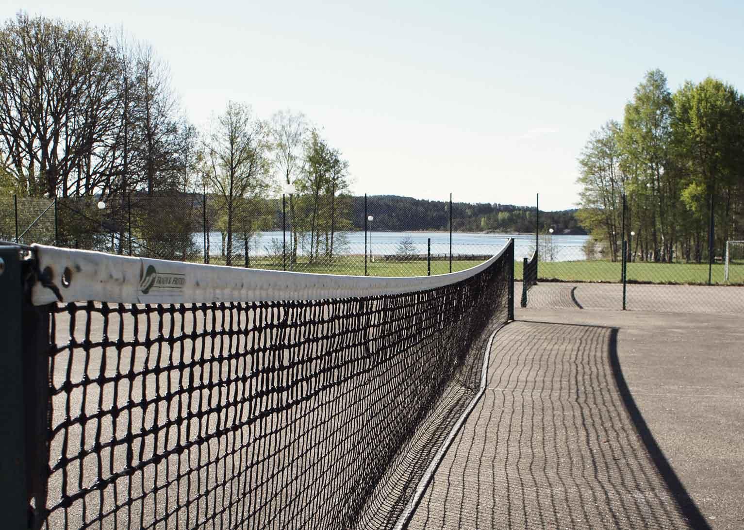 Två tennisbanor i solsken på Bokenäset Hotell & Konferens