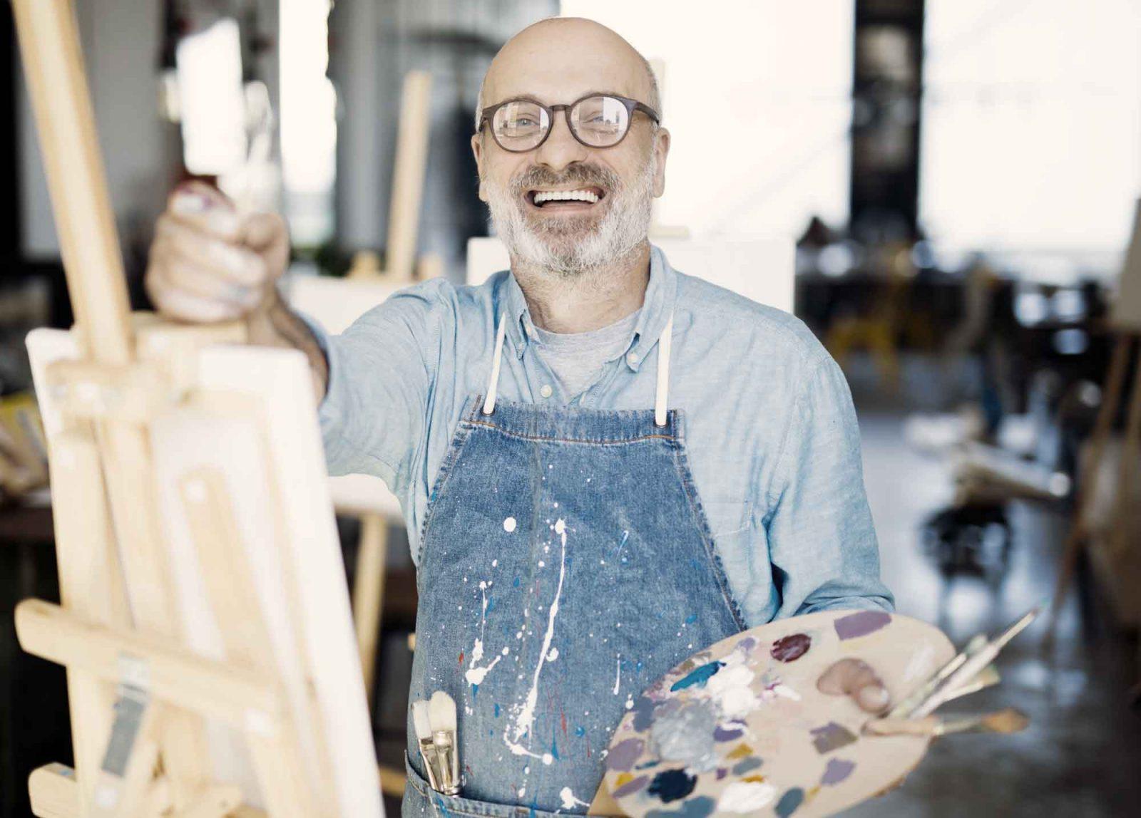 En manlig gäst testar på konstkurs på en konferens på Bokenäset