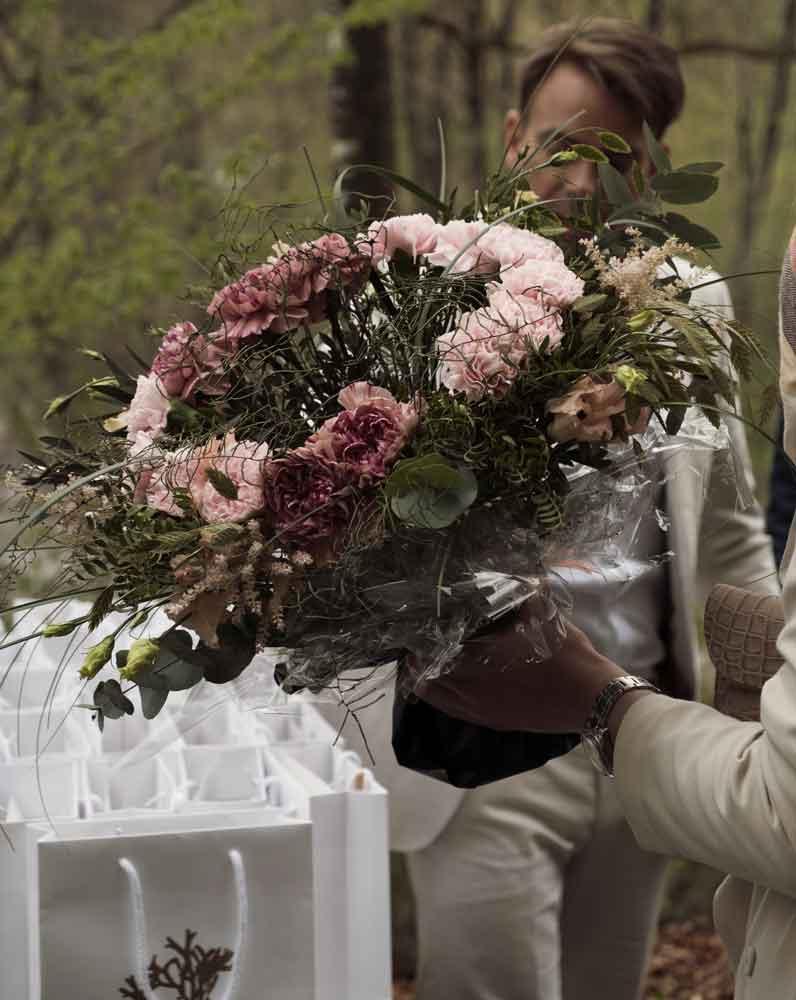 Blommor och presenter till brudparet på ett bröllop på Bokenäset Hotell & Konferens i Bohuslän