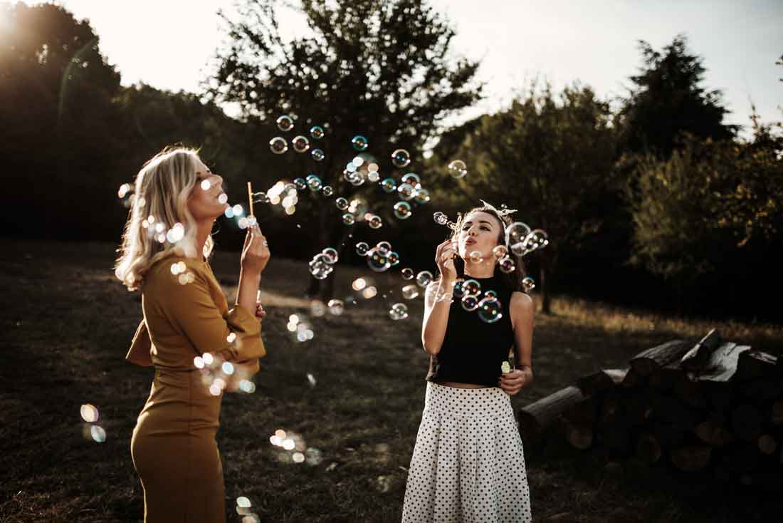 Tjejer blåser såpbubblor på en fest på Bokenäset Hotell & Konferens