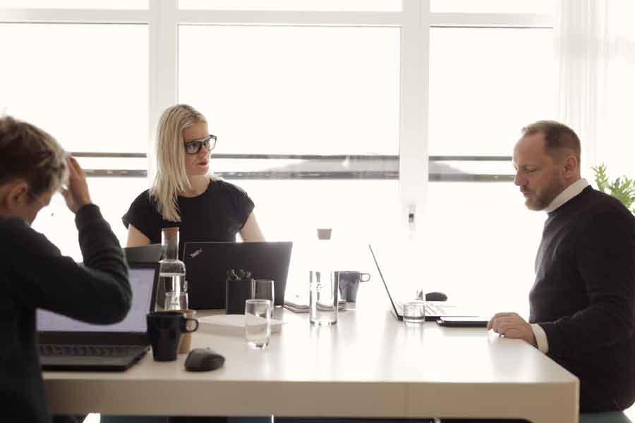 Konferensgäster konfererar i ett av konferensrummen med havsutsikt på Bokenäset Hotell & Konferens