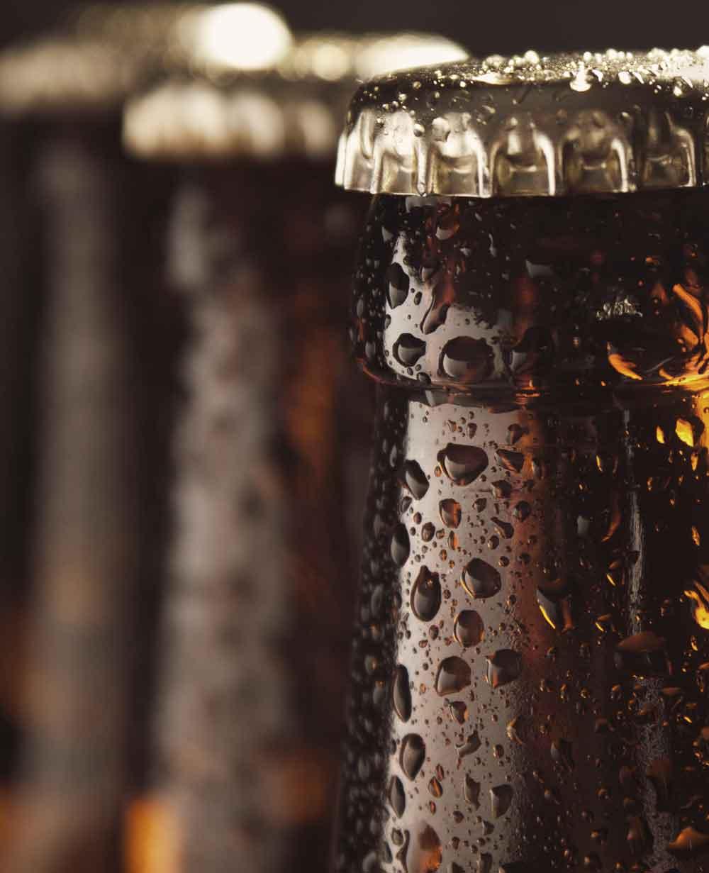Iskalla ölflaskor väntar i baren på att få bli serverade till gäster i restaurang Västersalt