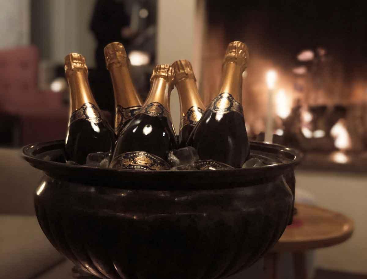 Champagneflaskor på kylning på fest